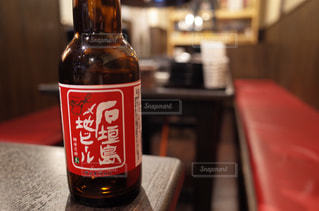 ボトルとテーブルの上のビールのクローズアップの写真・画像素材[2354765]