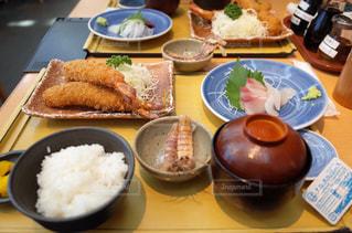 テーブルの上の食べ物の皿の写真・画像素材[2354766]