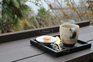 テーブルの上でコーヒーを一杯飲むの写真・画像素材[2354779]