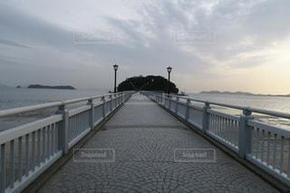 水域の隣の桟橋の閉鎖の写真・画像素材[2354781]