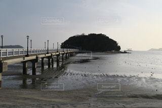 水域の隣の桟橋の閉鎖の写真・画像素材[2354784]