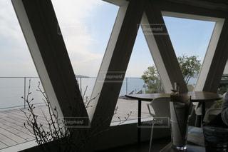 大きな窓の眺めの写真・画像素材[2354789]