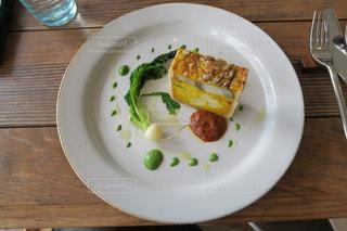 木製のテーブルの上の食べ物の皿の写真・画像素材[2354791]