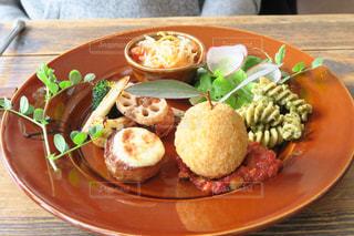 テーブルの上の食べ物の皿の写真・画像素材[2354794]
