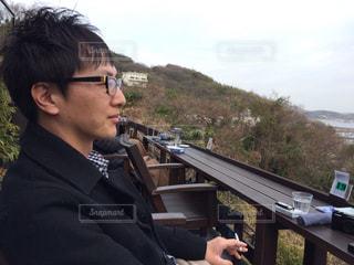 ベンチに座っている人の写真・画像素材[2354797]