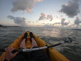 水の体の上のボートに乗っている人の写真・画像素材[2355206]