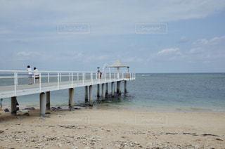 水域の前に桟橋があるビーチの写真・画像素材[2355233]