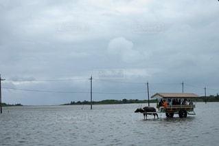 水域のボートに乗った人々の集団の写真・画像素材[2355259]