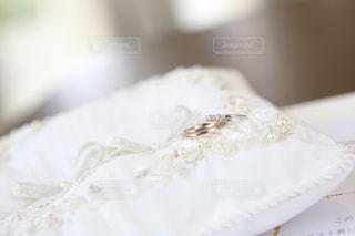 白い表面のケーキのクローズアップの写真・画像素材[2355348]