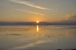 水の体の上の夕日の写真・画像素材[2355354]