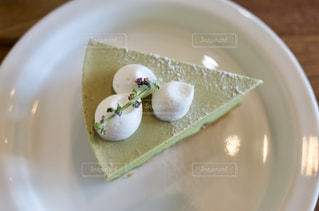 皿の上のケーキの写真・画像素材[2355360]