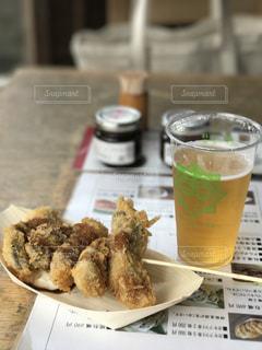 食べ物の皿とテーブルの上のコーヒー1杯の写真・画像素材[2355402]
