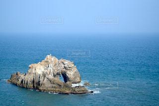 水域の真ん中にある島の写真・画像素材[2355416]
