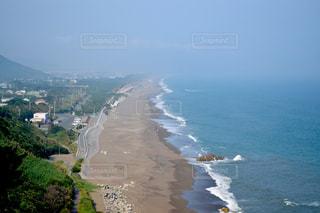 山を背景にした大きな水域の眺めの写真・画像素材[2355436]