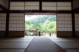 大きな窓のある近代的な建物のスクリーンショットの写真・画像素材[2355466]