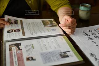 テーブルの上に座っている人の写真・画像素材[2382661]