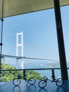 カフェから見た白い橋の写真・画像素材[2347857]