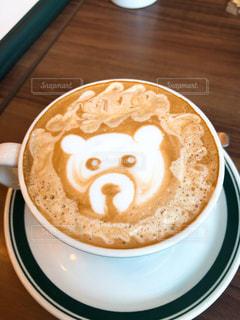 テーブルの上でコーヒーを一杯飲むの写真・画像素材[2347592]