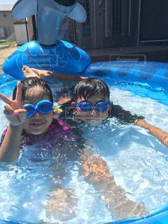 水のプールで泳ぐ子供の写真・画像素材[2347969]