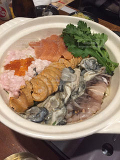 テーブルの上の食べ物の皿の写真・画像素材[2349195]