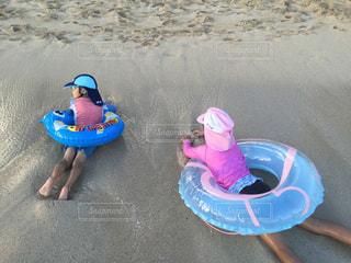 浜辺に横たわる小さな女の子🏖の写真・画像素材[2462918]