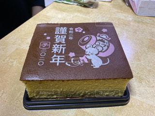 テーブルの上に座っているケーキの写真・画像素材[2957071]