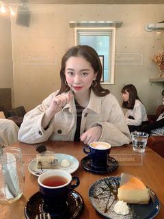 食べ物を食べるテーブルに座っている人の写真・画像素材[2988209]