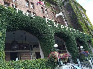 植物に囲まれたホテルの写真・画像素材[2353933]