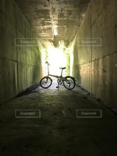 自転車と田舎のトンネルの写真・画像素材[2354395]