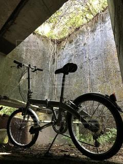 自転車と田舎のトンネル6の写真・画像素材[2354401]
