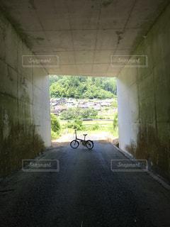 自転車と田舎のトンネル9の写真・画像素材[2354404]