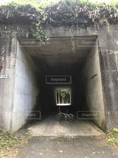 自転車と田舎のトンネル13の写真・画像素材[2354408]