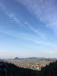 背景に大きな山の写真・画像素材[2351521]