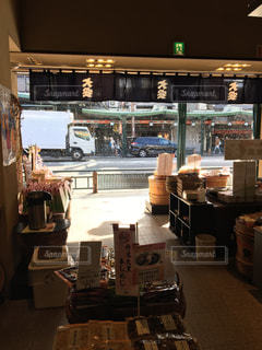 京都商店の軒先と雪晴れの写真・画像素材[2351530]