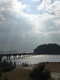 湘南 の島にかかる橋の写真・画像素材[2351560]