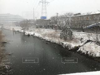 都市を流れる川の冬景色の写真・画像素材[2351669]