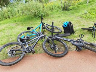 草の上に駐車した自転車の写真・画像素材[2370930]