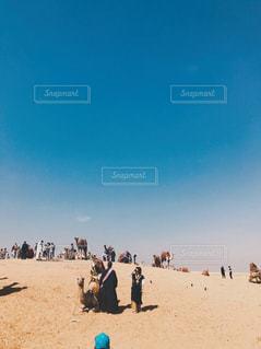 砂漠でラクダとの写真・画像素材[2351955]