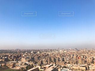 都市の上空を飛ぶ鳥の群れの写真・画像素材[2352030]