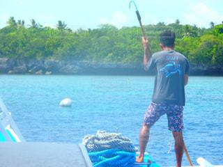 水域の前に立つ男の写真・画像素材[2366684]