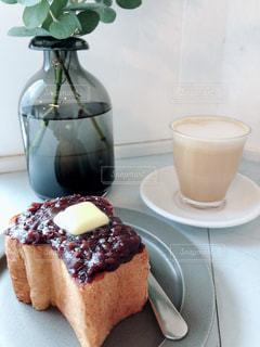 コーヒー1杯の隣の皿の上のケーキの写真・画像素材[2366721]