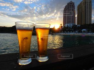 サンセットとビールの写真・画像素材[2373046]