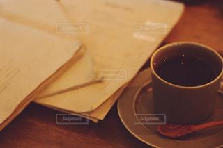 木製のテーブルの上に座っているコーヒー1杯の写真・画像素材[2352253]