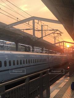 駅の線路上の大きな長い列車の写真・画像素材[2372101]