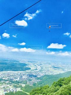 背景にある大きな山の眺めの写真・画像素材[2354148]