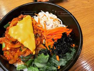 皿の上の食べ物のボウルの写真・画像素材[2355547]