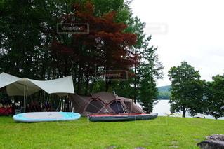 湖畔のテントサイトの写真・画像素材[2355640]