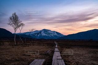 夕暮れの至仏山の写真・画像素材[2355689]