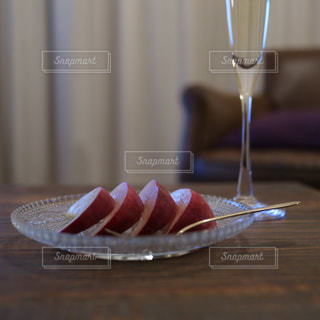 桃とシャンパーニュの写真・画像素材[2357187]