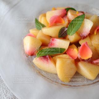 薔薇の花、桃とミントのサラダの写真・画像素材[2357191]